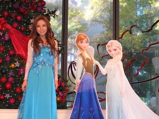 歌手のMay J.、丸ビルでディズニー新作「アナと雪の女王」の主題歌熱唱