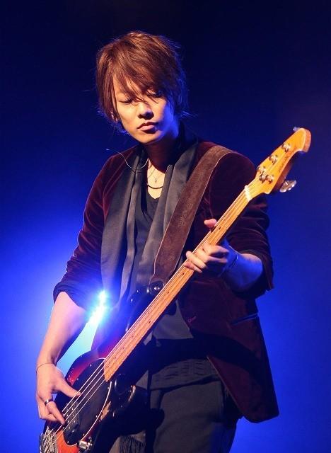 ベース演奏を披露した佐藤健