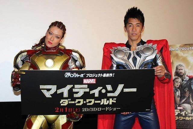 スーパーヒーローに扮したLiLiCoと武井壮