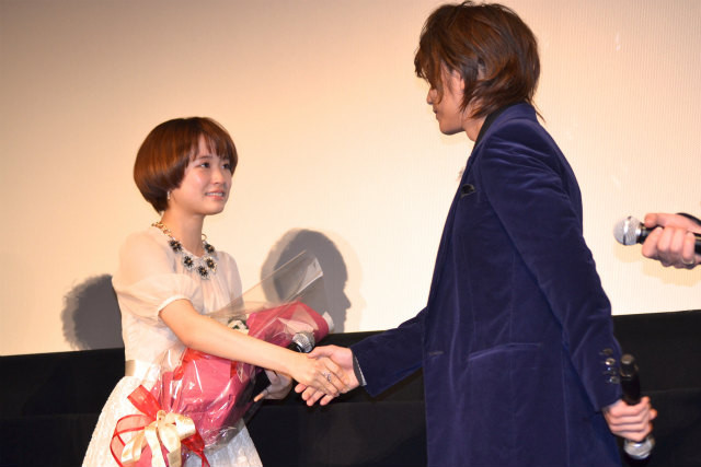 佐藤健「理子役が君でよかった」サプライズ花束に大原櫻子が大号泣! - 画像3