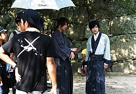 真剣な表情でカメラの先を見つめる佐藤健と神木隆之介「るろうに剣心」