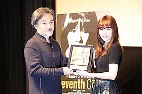 劇場公開を喜ぶ前田敦子と黒沢清監督「Seventh Code」