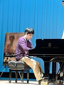 美しいピアノ曲を演奏したホアン・ユィシアン「光にふれる」