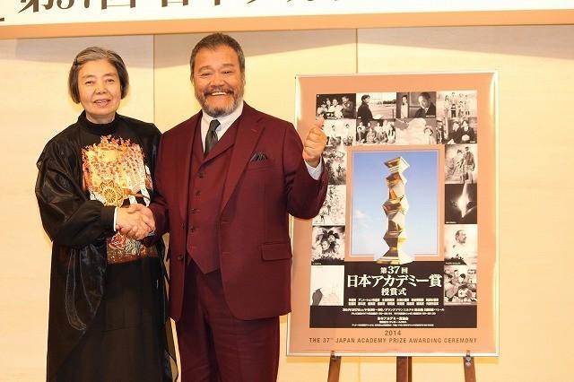 授賞式司会を務める西田敏行と樹木希林