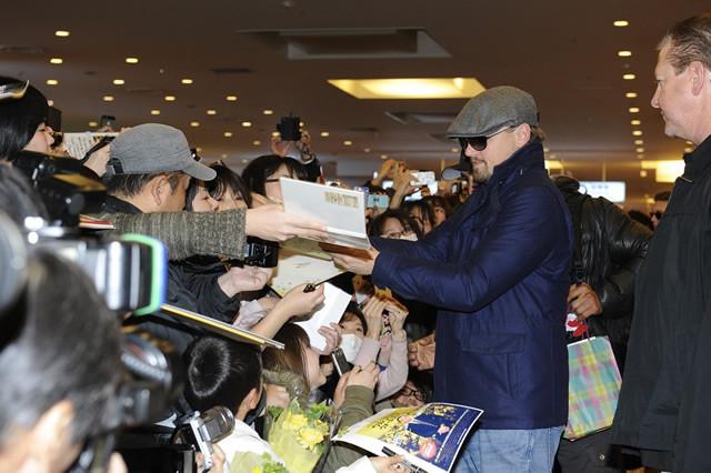 ディカプリオが羽田空港に到着!到着ロビーは黄色一色に