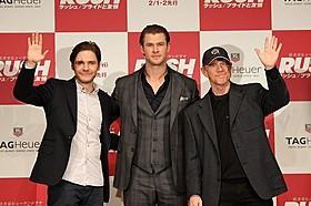(左から)ダニエル・ブリュール、クリス・ヘムズワース、 ロン・ハワード監督「ラッシュ プライドと友情」