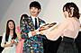 """瀬戸康史、「僕は友達が少ない」共演女優陣からの""""友チョコ""""に破顔一笑"""