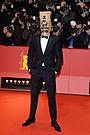 シャイア・ラブーフ、ベルリン映画祭で奇怪な言動 ファンをギョッとさせる