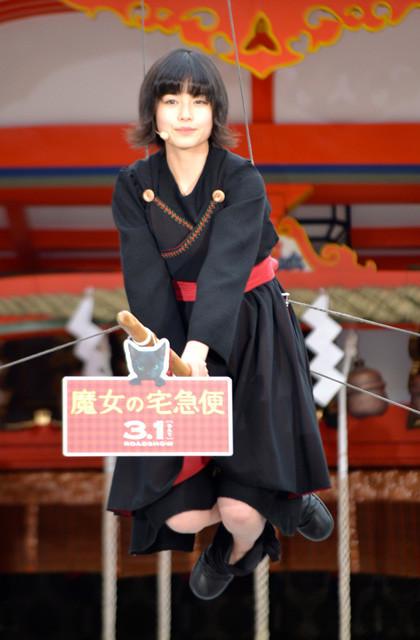 """魔女キキ・小芝風花、""""空飛ぶ魔法""""を披露「やっぱり空は最高!」"""