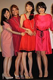 ドレスアップして初日挨拶に出席した 芳賀優里亜、多田あさみ、水崎綾女、小池里奈「赤×ピンク」