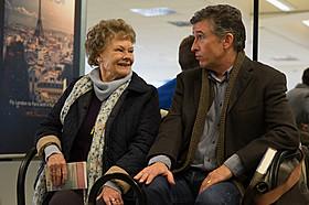 ジュディ・デンチ(左)とスティーブ・クーガン(右)の 掛け合いが笑いを誘う「あなたを抱きしめる日まで」