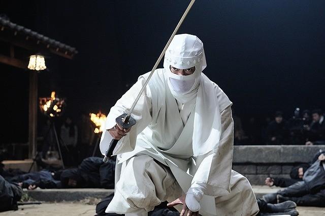 唐沢寿明、前代未聞の100人斬り!飛び降りスタントに挑戦し完遂