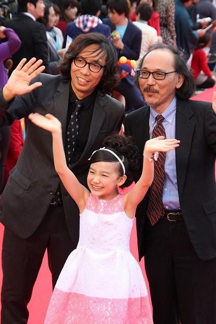 芦田愛菜ちゃん、レッドカーペットで満面の笑み 沖縄でも大人気