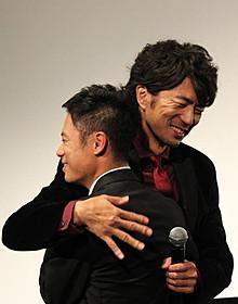 熱いハグを交わした伊藤淳史&仲村トオル「チーム・バチスタFINAL ケルベロスの肖像」