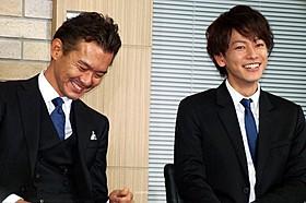 笑顔で会見に臨んだ佐藤健と渡部篤郎