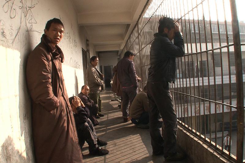 中国の精神病院を撮影した初の国際的ドキュメンタリー「収容病棟」予告編