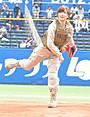 真野恵里菜、始球式でロッテ期待のルーキー井上から空振り奪う!