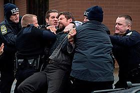 警察など信用できない!と父ケラー(ジャックマン)は独自行動を開始する「プリズナーズ」