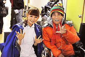 仲良くグワシ! 出演&主題歌の中川(左)と楳図監督(右)「マザー」