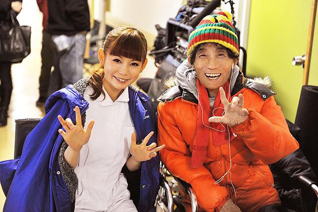 仲良くグワシ! 出演&主題歌の中川(左)と楳図監督(右)