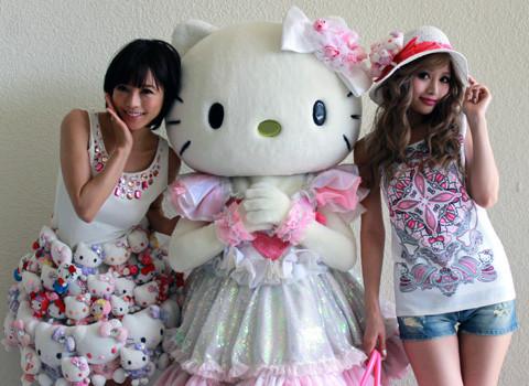 """釈由美子""""キティ・スカート""""で渋谷109前登場に黒山の人だかり 警察から撤収勧告も"""