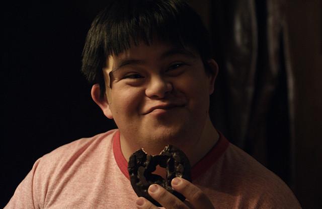 「チョコレートドーナツ」少年役のアイザック・レイバ、来日決定に大喜びの秘蔵映像を入手!