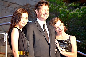 (左から)黒木メイサ、 ポール・W・S・アンダーソン監督、ミラ・ジョボビッチ「ポンペイ」