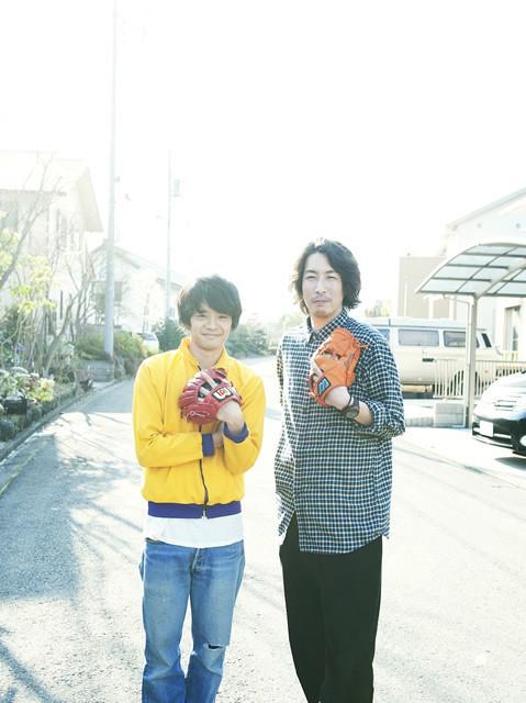 池松壮亮(左)と早見和真(右)の 撮影現場でのひとコマ