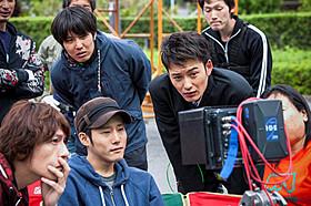 モニターをのぞき込む岡田将生(右)と藤井道人監督(中央)「オー!ファーザー」
