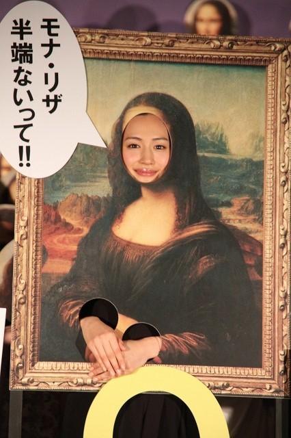 """綾瀬はるか、顔ハメ看板で""""モナ・リザ""""に!爆笑続きの初日挨拶"""