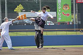 「ハイキック・エンジェルス」宮原華音が 始球式で華麗で強烈な飛び蹴り「ハイキック・エンジェルス」