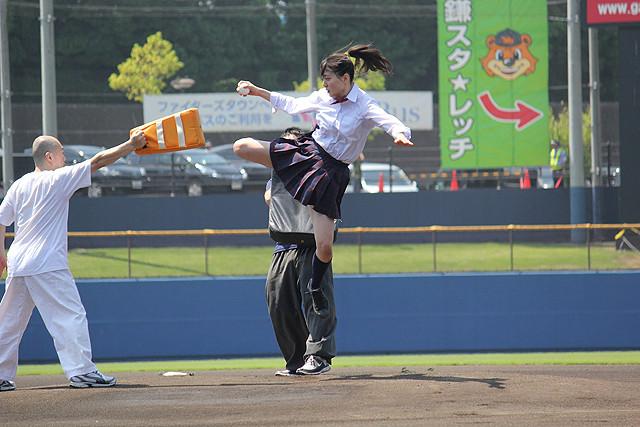 現役女子高生・宮原華音が強烈な飛び蹴り!アクション始球式にどよめき&拍手喝さい