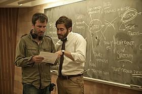 「複製された男」を撮影中のドゥニ・ビルヌーブ監督(左)と ジェイク・ギレンホール(右)「プリズナーズ」