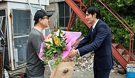 松尾スズキ監督から花束を贈られた松田龍平「ジヌよさらば かむろば村へ」