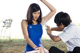 年頃の女子が脇毛処理を男子にお願い…「スイートプールサイド」
