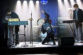マイケル・ファスベンダーが奇妙なバンドマンに「FRANK フランク」