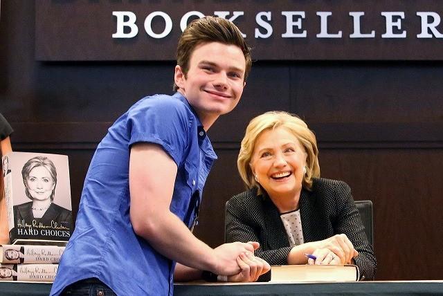 「glee」クリス・コルファー、ヒラリー・クリントンのサイン会に並んで参加