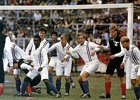 """1981年のオリジナル版には""""サッカーの王様""""ペレも出演「勝利への脱出」"""