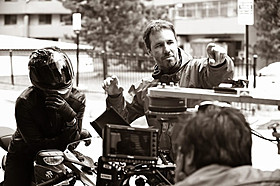 カナダが生んだ俊英ドゥニ・ビルヌーブ監督(右)「複製された男」