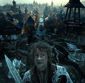 湖の町(上)と、大グモに挑もうとするビルボ(下)「ロード・オブ・ザ・リング」