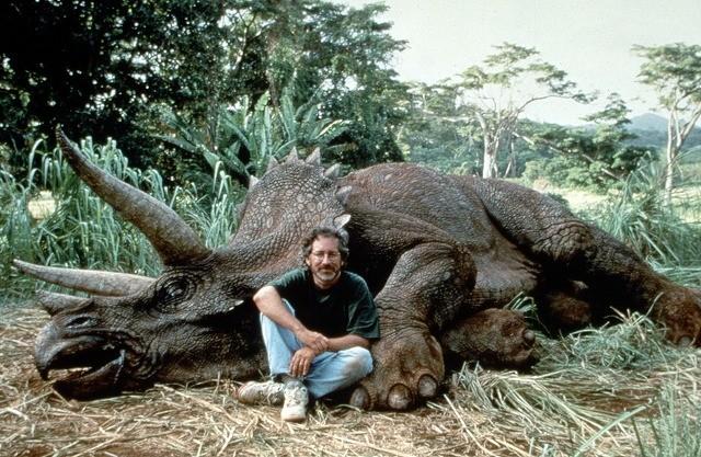 スピルバーグが恐竜狩り? Facebookのジョーク記事が炎上