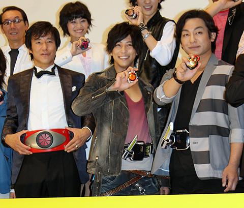 「仮面ライダー鎧武」初日に全ライダー集結 本人役ゴンもレギュラー入りに虎視たんたん
