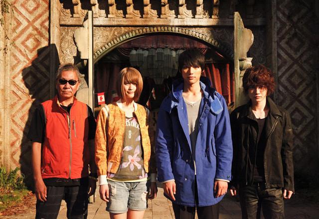 撮影現場で会見した(左から)三池崇史監督、 山崎紘菜、福士蒼汰、神木隆之介