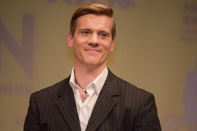 舞台版「雨に唄えば」で主演を務めるアダム・クーパー