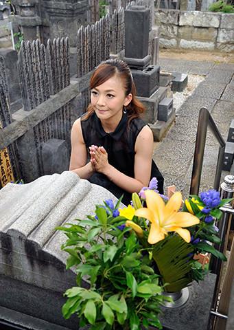 華原朋美「喰女」のイメージソング決定をお岩の墓前に報告