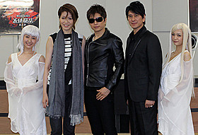 (左から)黒田有彩、悠未ひろ、GACKT、川崎麻世、初音
