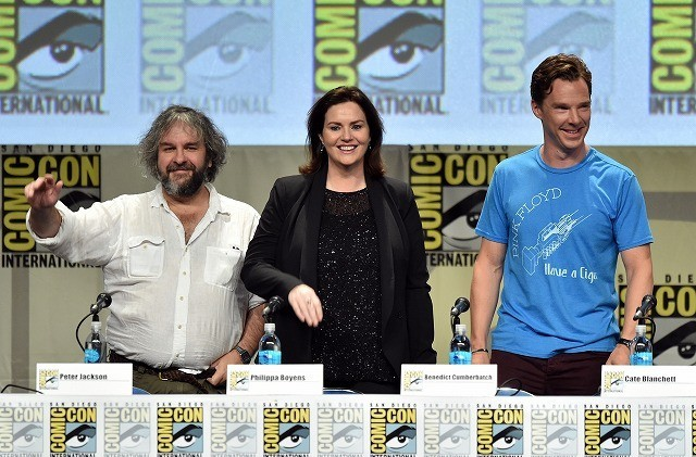 (左から)ジャクソン監督、共同製作者で脚本家の フィリッパ・ボウエン、ベネディクト・カンバーバッチ