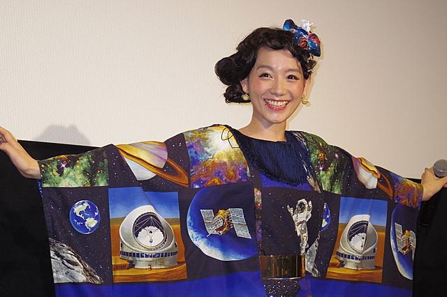 """""""宙ガール""""篠原ともえ、手作り宇宙ドレスで「宇宙兄弟#0」をアピール"""