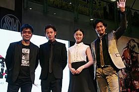 フィリピン・マニラで熱烈な歓迎を受けた(左から) 大友啓史監督、佐藤健、武井咲、青木崇高「るろうに剣心」