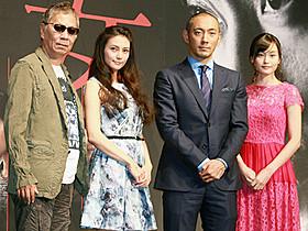 (左から)三池崇史監督、柴咲コウ、市川海老蔵、中西美帆「喰女 クイメ」